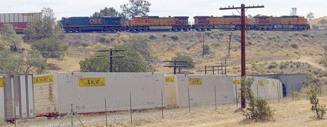 Long BNSF train passes over itself at Tehachapi, CA.